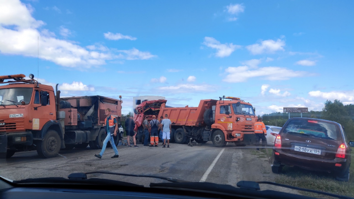 На новосибирской дороге столкнулись два КАМАЗа: один водитель погиб