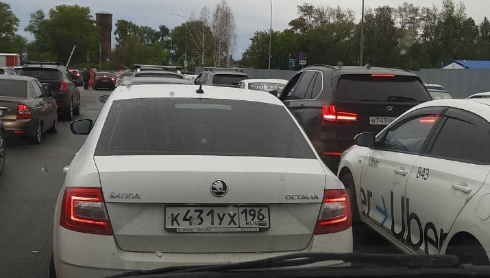 На парковке в аэропорту Челябинска в пробке застряли сотни машин