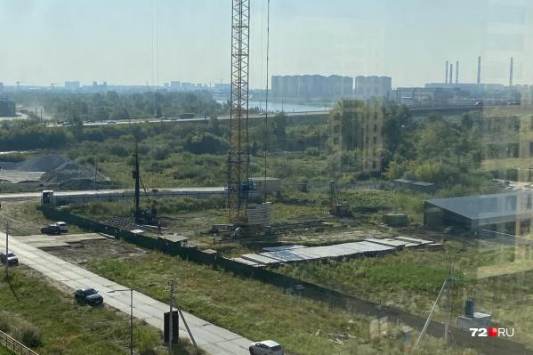 Недавно на участке, который долгое время был просто обнесен забором, начались строительные работы