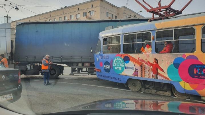 Возле гостиницы «Исеть» трамвай столкнулся с фурой