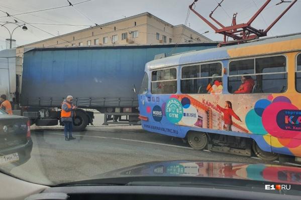Перед столкновением водитель фуры хотел повернуть налево