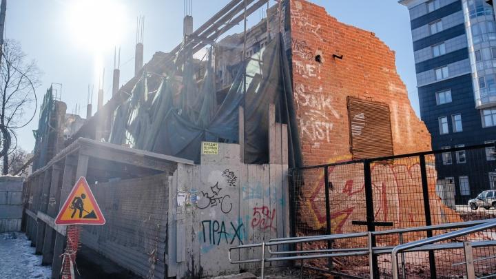 Стену исторического пивзавода на Сибирской почти разобрали: смотрим фото
