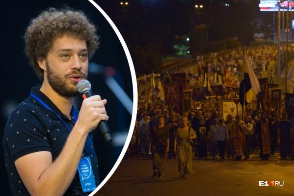 Блогер отметил, что на этот раз чиновники не рекомендовали участвовать в крестном ходе, но он все равно собрал несколько тысяч человек