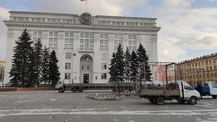В Кемерово на площади Советов начали устанавливать новогоднюю ель за 18 млн