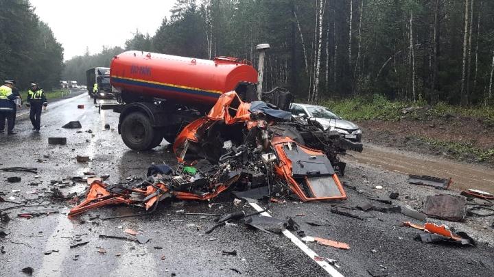 На трассе М-5 в Челябинской области в ДТП с большегрузом погиб водитель коммунально-дорожной машины