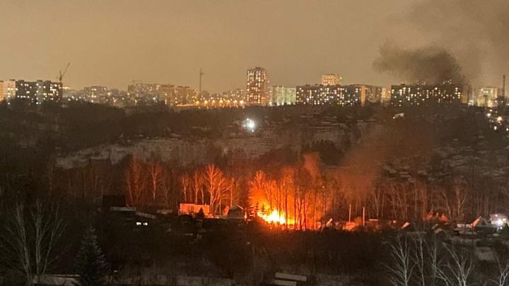 В Октябрьском районе вспыхнула дача: огонь перекинулся на соседний дом