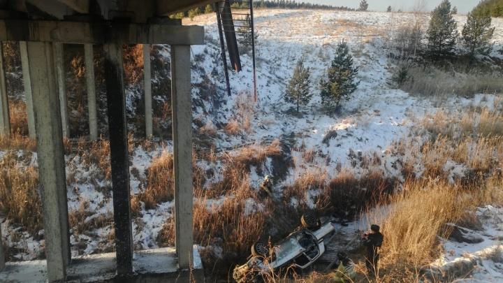 Под Камышловом пьяный водитель «Волги» слетел с моста и погубил пассажира