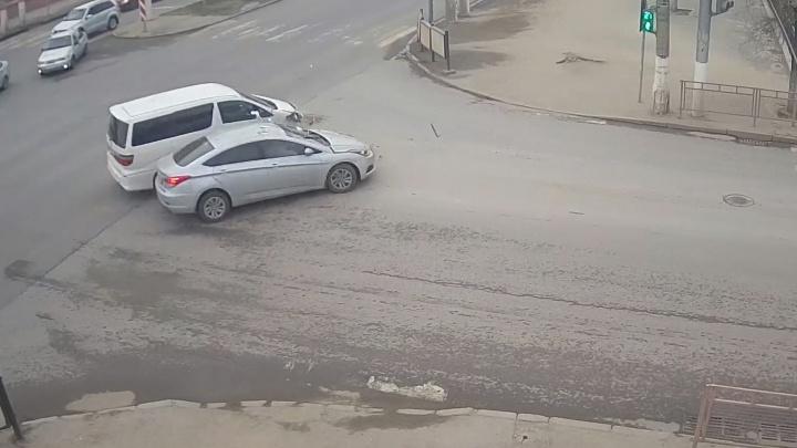 «Хотел проскочить быстрее всех»: в Волгограде водитель минивэна устроил аварию на оживленном перекрестке
