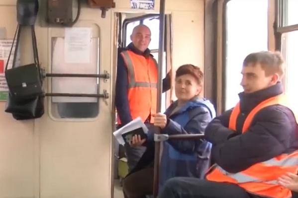 Водитель трамвая Виталий Лешуков (на заднем плане) собирает подписи против руководителя «ЧелябГЭТ»