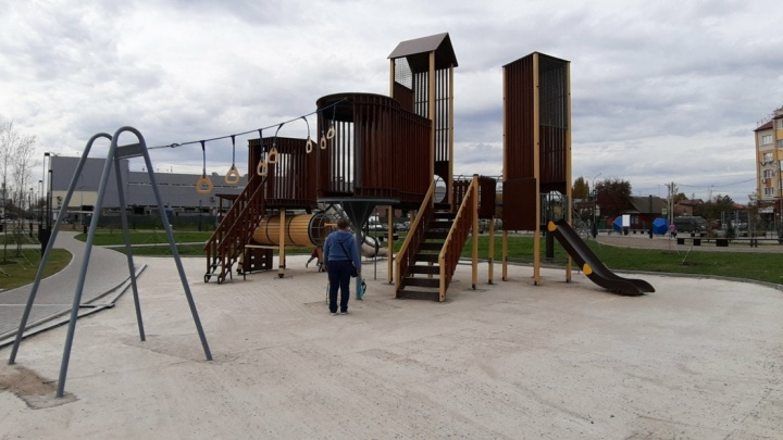 На Бору детскую площадку залили бетоном — ребенок сломал руку