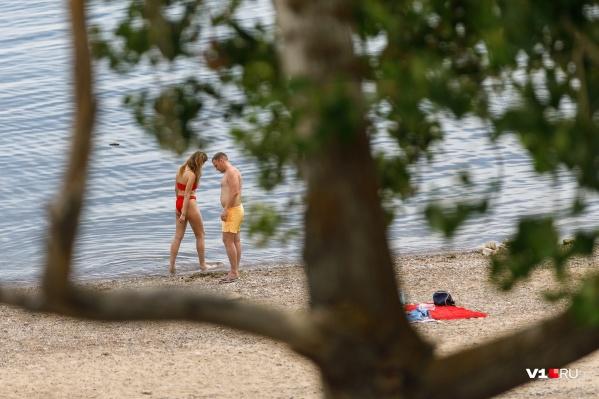 Многие горожане спасаются от летнего зноя на пляжах