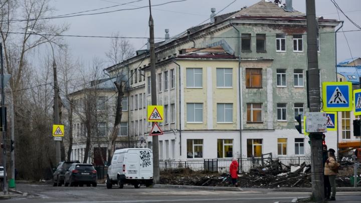 В архангельской школе, где частично обвалился потолок, обследуют кровлю