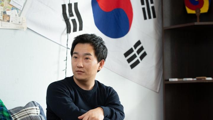 «О, коронавирус идет»: иллюзионисты из Кореи рассказали о жизни на карантине в Екатеринбурге