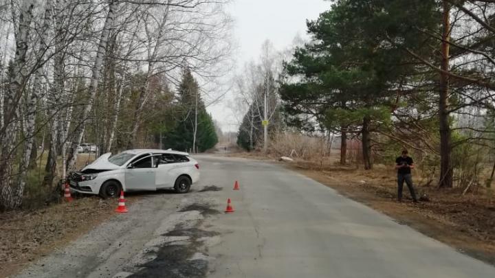 «Лада» влетела в берёзы возле ботсада СО РАН: в больницу увезли 8-месячного ребёнка