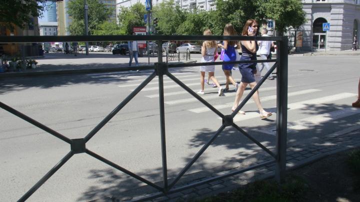 Новосибирск закупит 9 километров пешеходных заборов — рассказываем, на каких перекрёстках их поставят