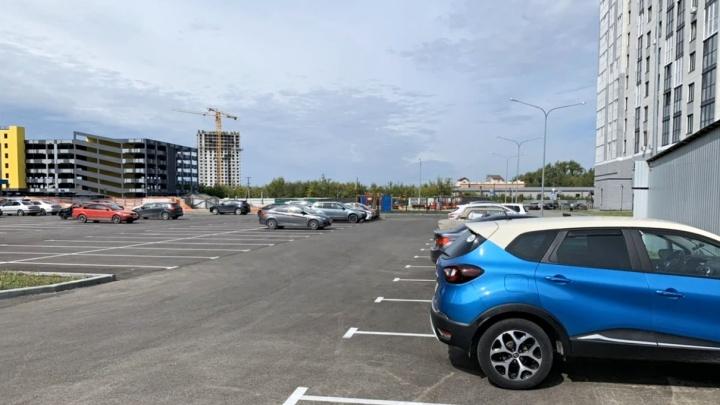 Хозяин земли под парковкой тюменского ЖК выставил участки на продажу. Как отреагировал застройщик