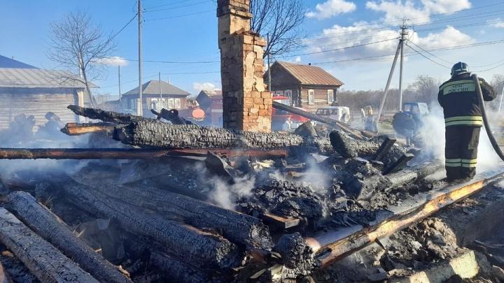 У многодетной семьи из Башкирии сгорел дом