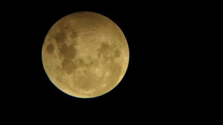 Затмение Луны: публикуем фото редкого явления над Екатеринбургом