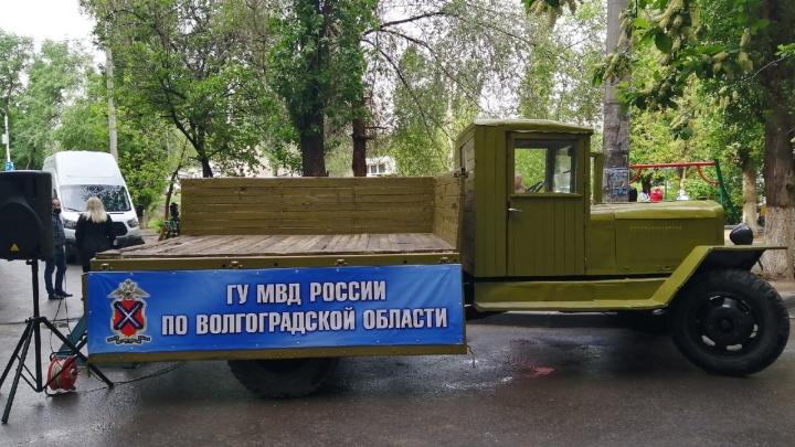 Вместо сцены — «полуторка» у подъезда: полиция Волгограда поздравляет ветеранов с Днем Победы