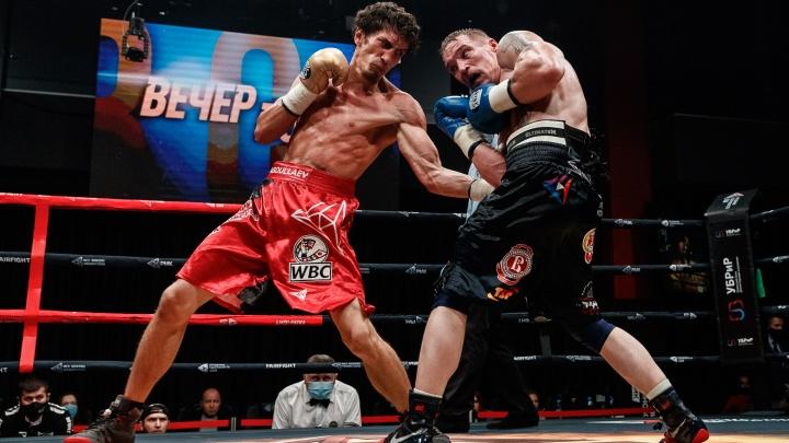 Шесть раз за семь раундов отправил в нокдаун: уральский боксер победил первого номера России