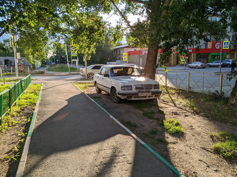 «Волга» на газоне