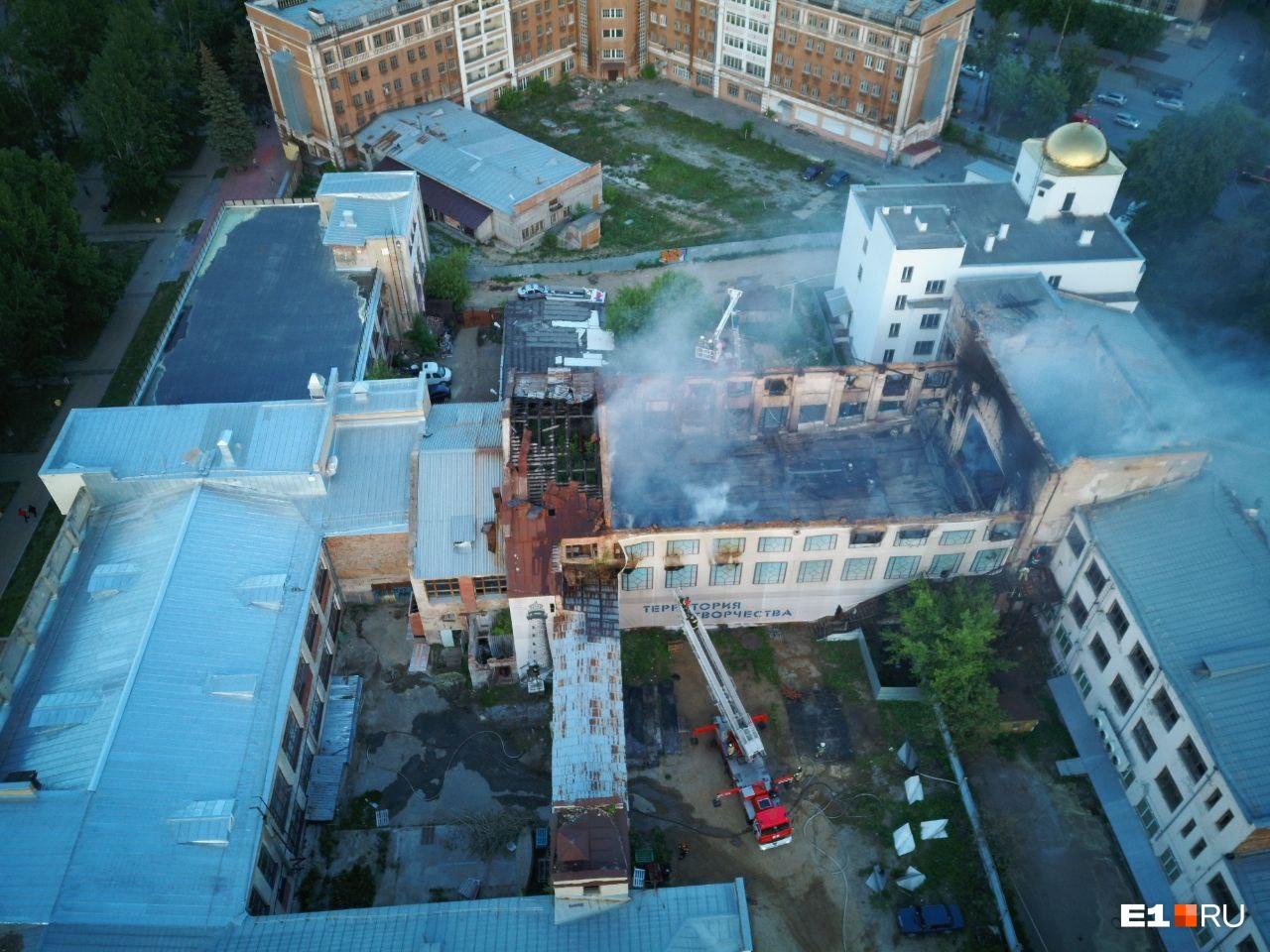 К моменту съемки пожарные уже сбили открытое пламя