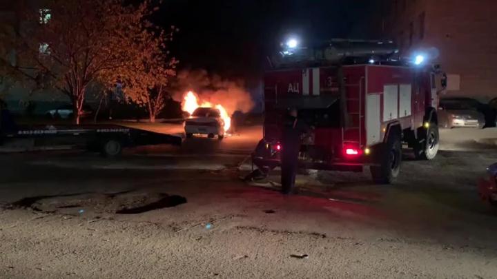 «Полицейский пинал соседние машины, чтобы они не загорелись»: во дворе на Выборной сгорел автомобиль