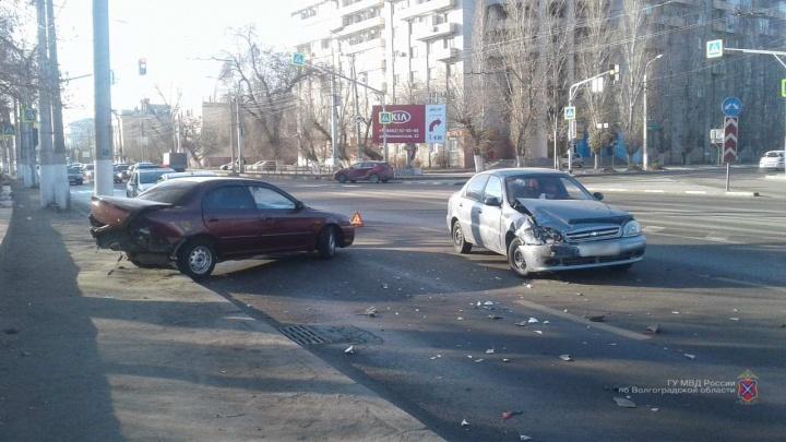 На проспекте Ленина в Волгограде водитель KIA вырулил на встречку. Есть пострадавшие
