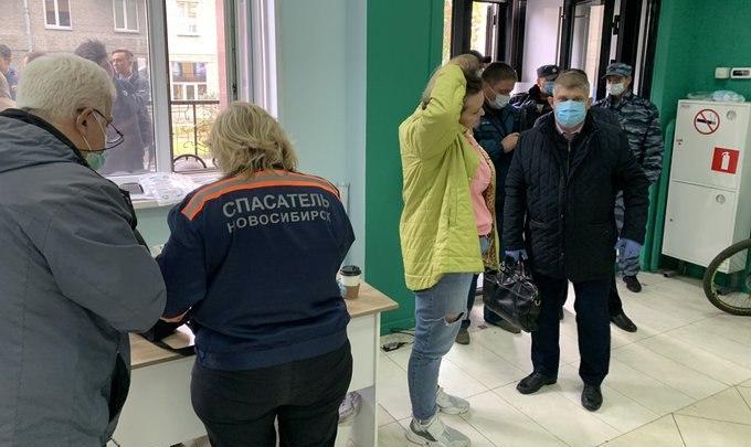 «За две минуты куртки пропахли»: что известно о нападении на штаб Навального в Новосибирске и в каком состоянии пострадавшие