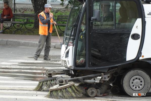 Ограждения и конусы помогают в борьбе с автохамами, но затрудняют работу коммунальной техники, которая убирает пешеходные зоны