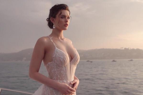 В финале шоу Лиза предстала в красивом свадебном платье