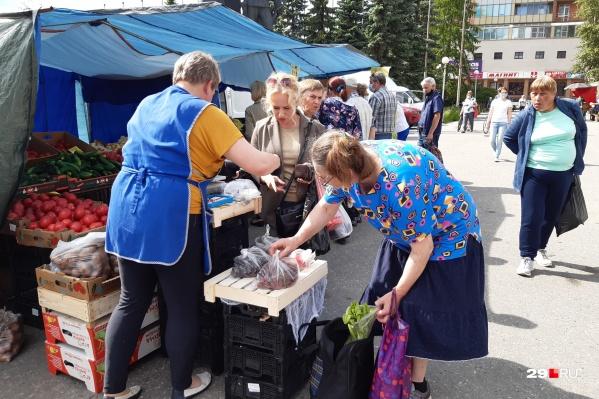 Самый ходовой товар, по наблюдению корреспондента 29.RU, — это овощи, фрукты и ягоды. За ними почти всегда очередь