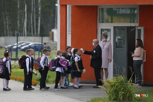 С 1 сентября коронавирус был подтверждён у шести школьников. Первоначально на изоляцию отправляли целыми классами, но теперь решили от этой практики отказаться