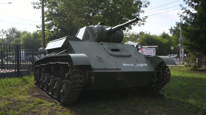 В центре Екатеринбурга припарковался танк