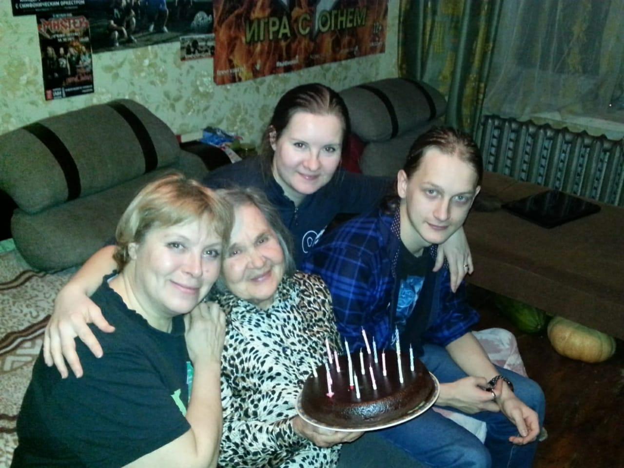 На фото слева Ирина Белова, ее мама и двое детей