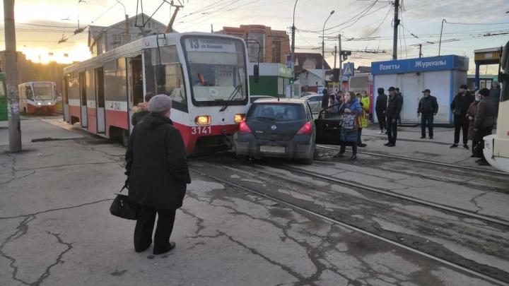 Трамвай № 13 ударил «Ниссан» и протащил его несколько метров по путям на Гусинобродском шоссе