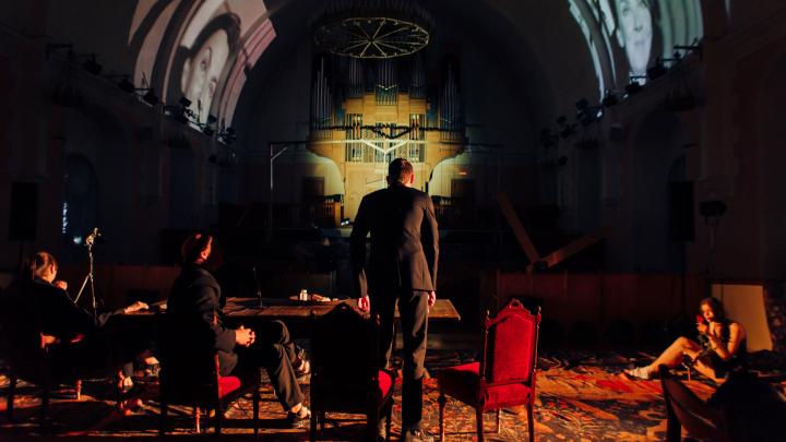 Свет и тени, священники и девушки: атмосферные фотографии спектакля «Молот» в архангельской кирхе