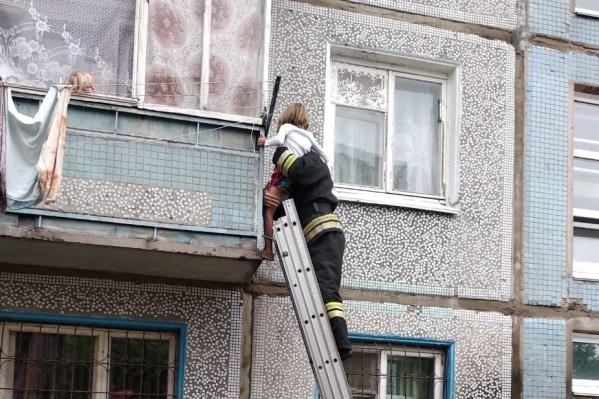 За спасением сестры с балкона наблюдал ещё один ребёнок