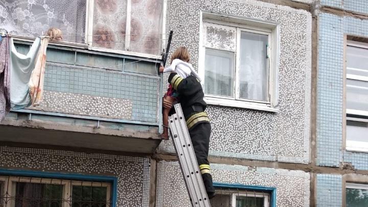 Стояла снаружи балкона: в Омске спасатели сняли маленькую девочку со второго этажа