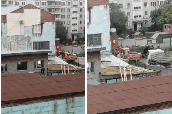 По словам жителей района, грузовики увозят землю, а рабочие разбирают старое здание
