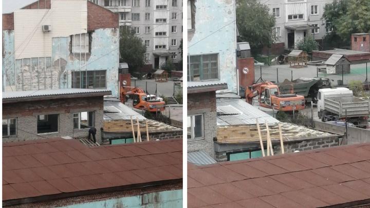 Возле бывшего здания шоколадной фабрики в Новосибирске началась стройка — против неё выступали жители