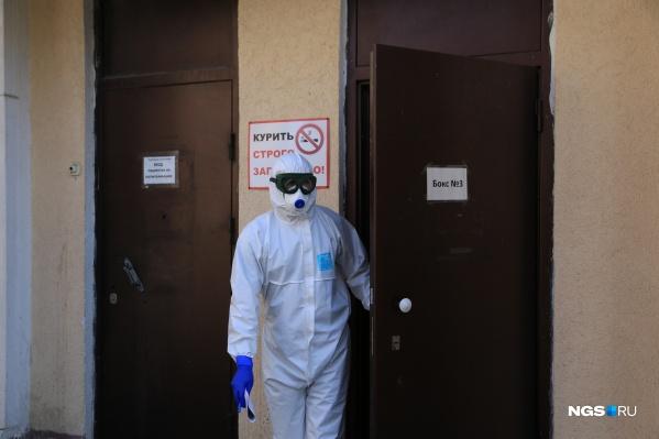 В таких специальных костюмах врачи контактируют с пациентами с коронавирусом