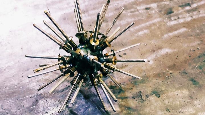 Уральский папа Карло смастерил коронавирус из подшипника и заклёпок