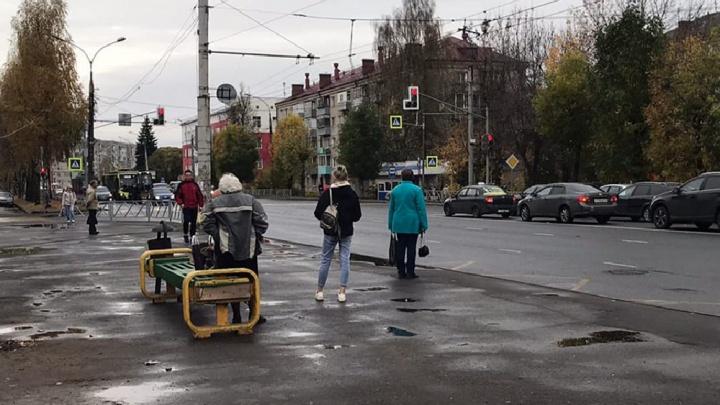 В Рыбинске на остановке, где бабушка сидела на своём табурете, пообещали поставить павильон