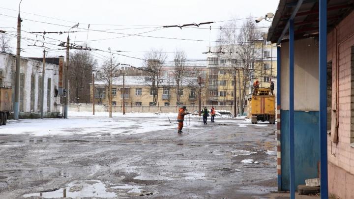«Снимают сеть, вывозят оборудование»: в Ярославле закрыли троллейбусное депо в центре города. Видео