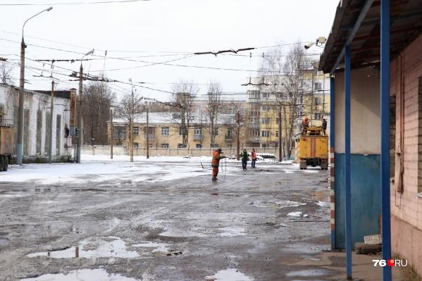 Рабочие Яргорэлектротранса вывозят из депо своё имущество