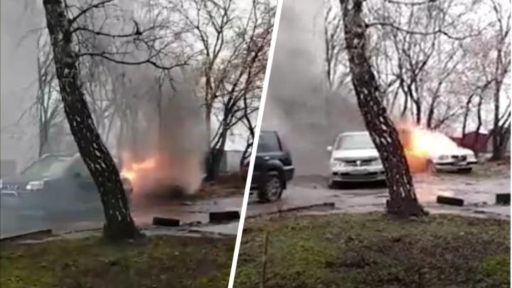 На Зорге вспыхнула «Волга» — водителю внедорожника пришлось спасать соседний автомобиль. Видео с места