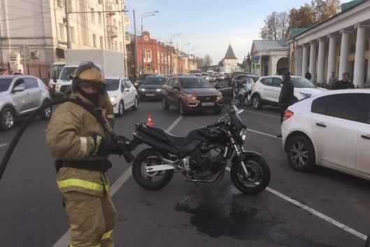 «Повернула и не посмотрела»: в центре Ярославля мотоциклистка влетела в автомобиль. Видео