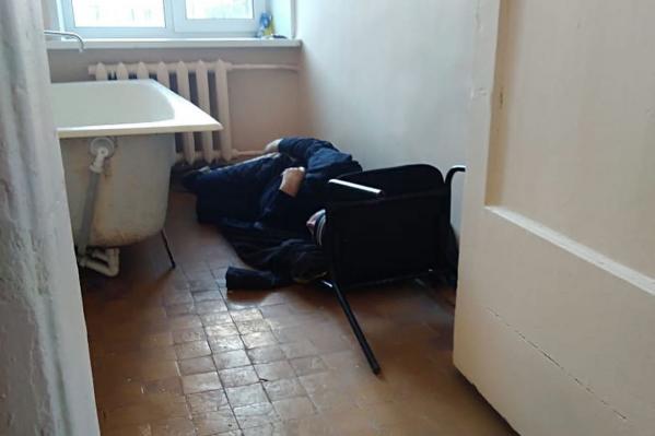 Пока пациентов не положили в палаты, они сидели где придется, в том числе на подоконниках и полу