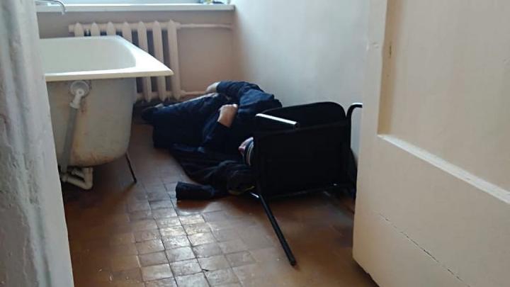 Власти Кузбасса объяснили, почему в Новокузнецке пациентам с COVID пришлось сидеть на полу и подоконниках